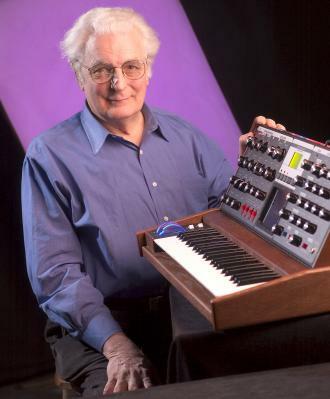 Robert Moog mit einem seiner Synthesizer