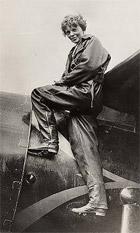Amelia Earhart an ihrem Flugzeug