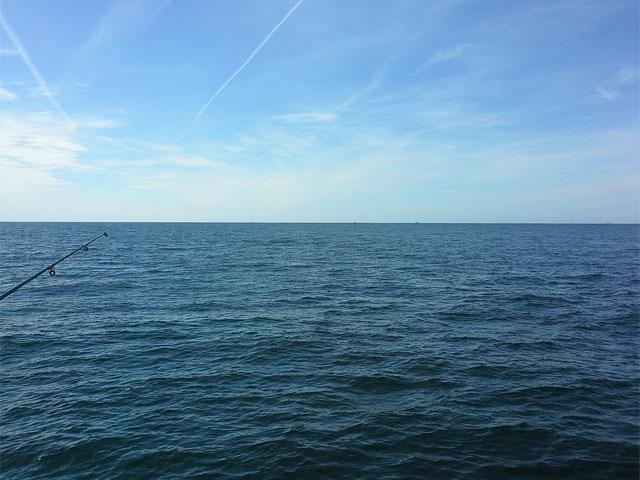 Blick auf die Ostsee mit Hochsee-Angel