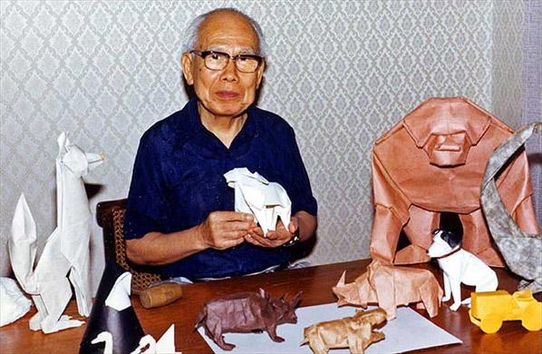 Akira Yoshizawa mit Origami-Tieren